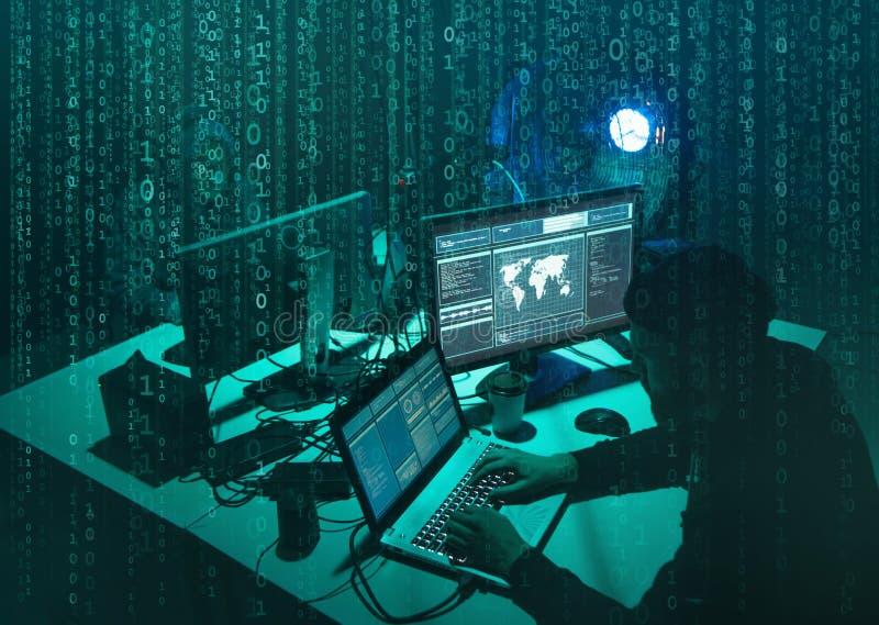 Pirati informatici carenti che codificano il ransomware del virus facendo uso dei computer portatili e dei computer Attacco cyber immagini stock libere da diritti