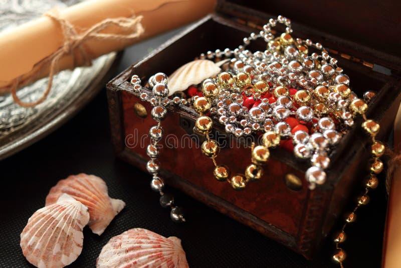 Piratkopiera begreppet med en stor guld och försilvra skatten i en träöppen bröstkorg royaltyfri bild