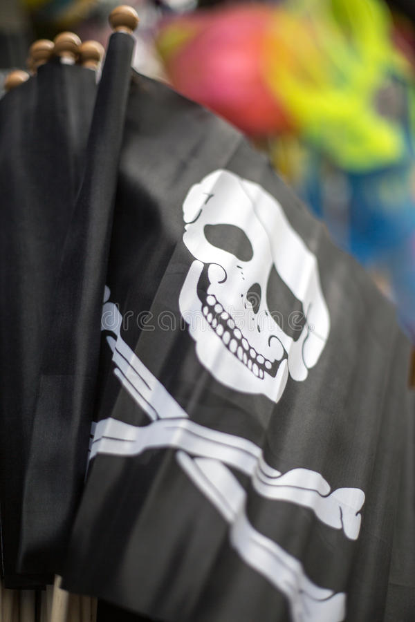 Piratkopiera flaggor i shoppalooeiCornwallen UK England arkivfoton