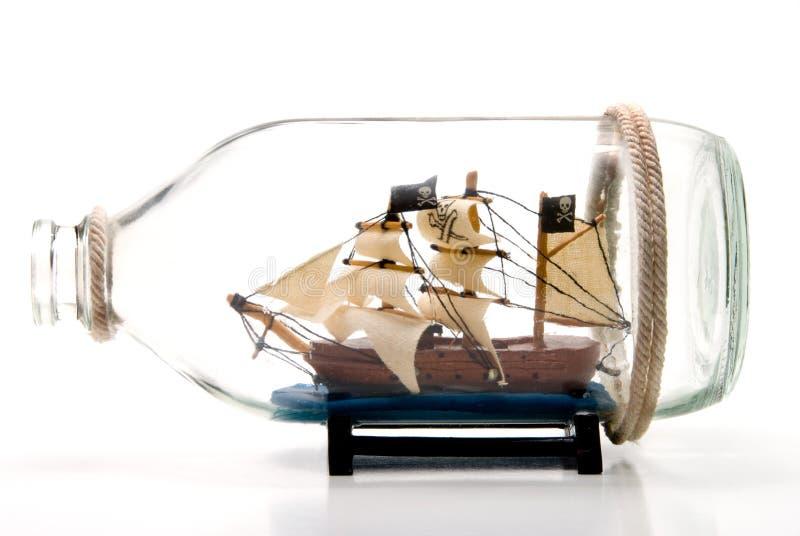 Piratkopiera shipen i en flaska royaltyfri fotografi