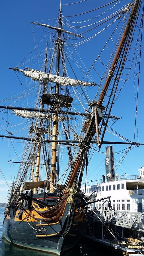 Piratkopiera skeppet och ångbåten i hamn royaltyfria foton