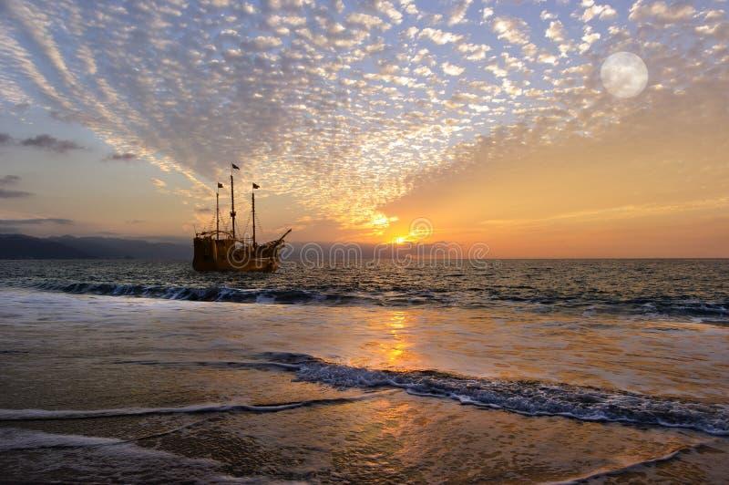Piratkopiera skeppmånen royaltyfria bilder