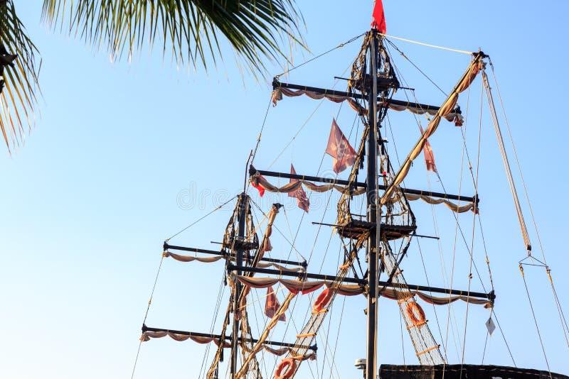 Piratkopiera skeppstolpar och flaggor royaltyfria foton