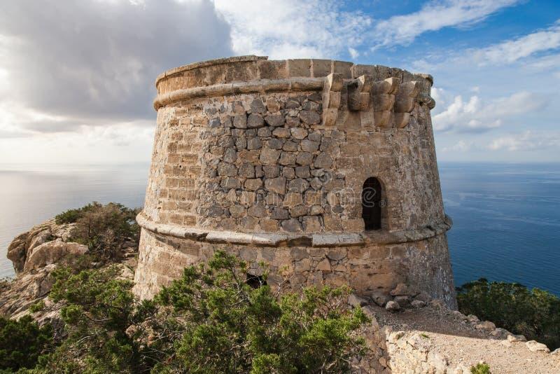Piratkopierawatchtoweren nästan Es Vedra arkivfoto
