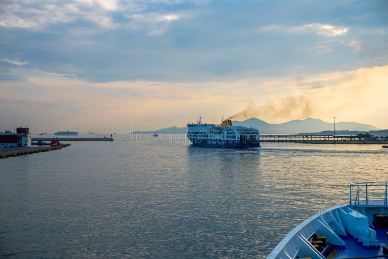 Pireaus Grekland Juni 18, 2018: Färja som lämnar i Pireaus hamnG royaltyfri bild
