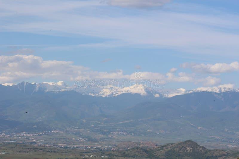 Pirin i Vihren osiągamy szczyt na szerokim naturalnym krajobrazie z niesamowicie pięknym Bułgarskim tłem zdjęcie stock