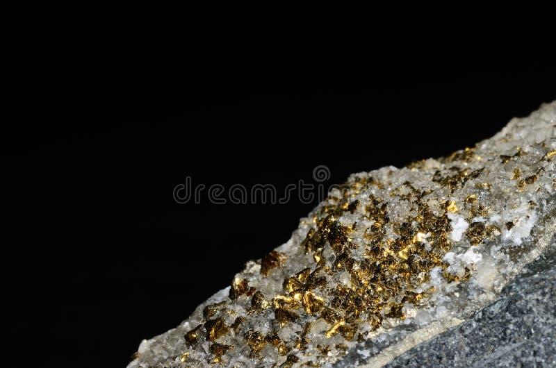 Pirita como oro en una piedra con negro imagen de archivo libre de regalías