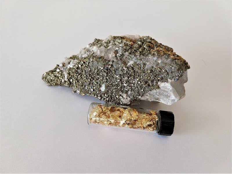Pirita, minerales de la calcita y hoja de oro en botella imágenes de archivo libres de regalías