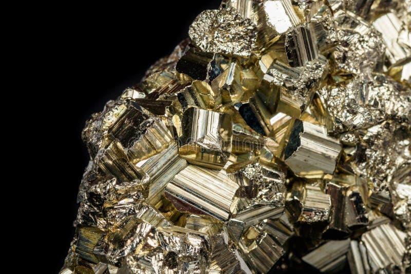 Pirite de pedra mineral macro em um fundo preto fotos de stock