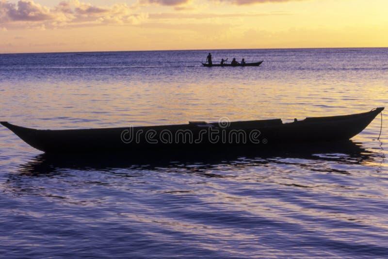 Pirogue au coucher du soleil photo libre de droits