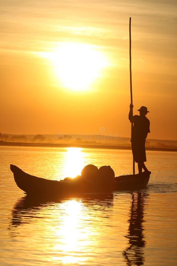 Pirogue au coucher du soleil images libres de droits