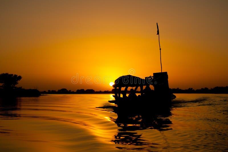 Pirogue au coucher du soleil, Mali (Afrique). image libre de droits
