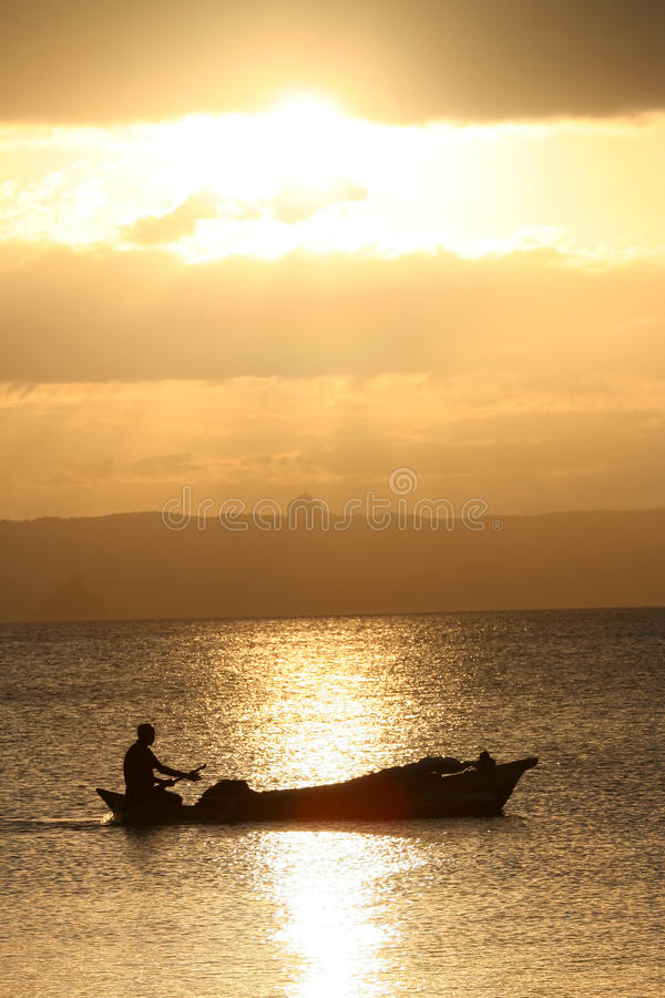 Pirogue bij zonsondergang royalty-vrije stock foto's