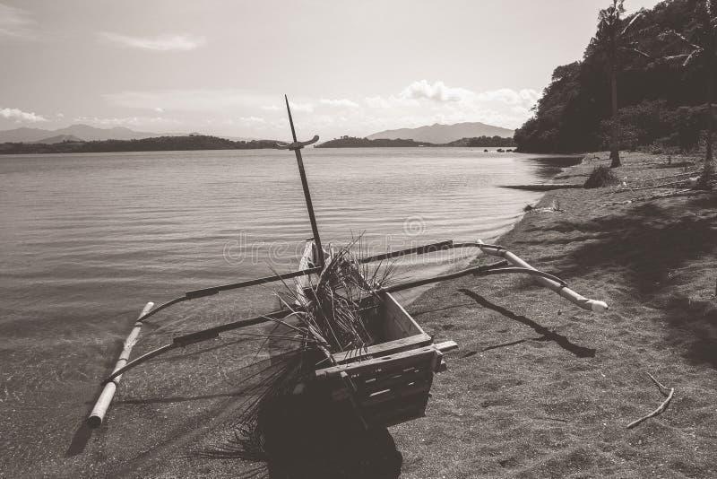 Pirogue en bois traditionnelle de pêche images stock