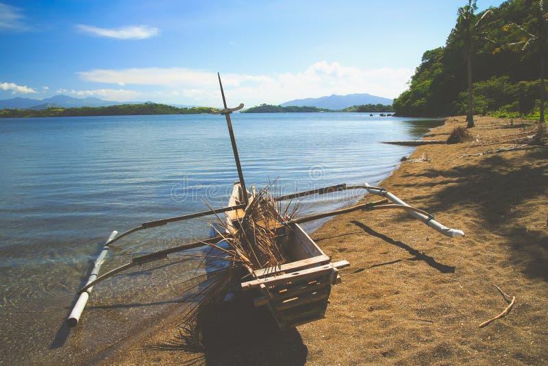 Pirogue en bois traditionnelle de pêche photographie stock