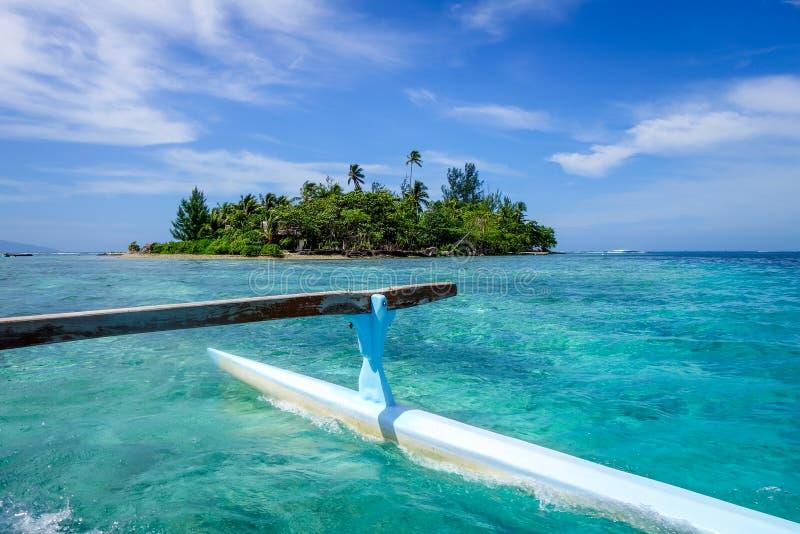 Pirogue op de manier aan paradijs tropisch atol in Moorea-Eiland l stock afbeeldingen