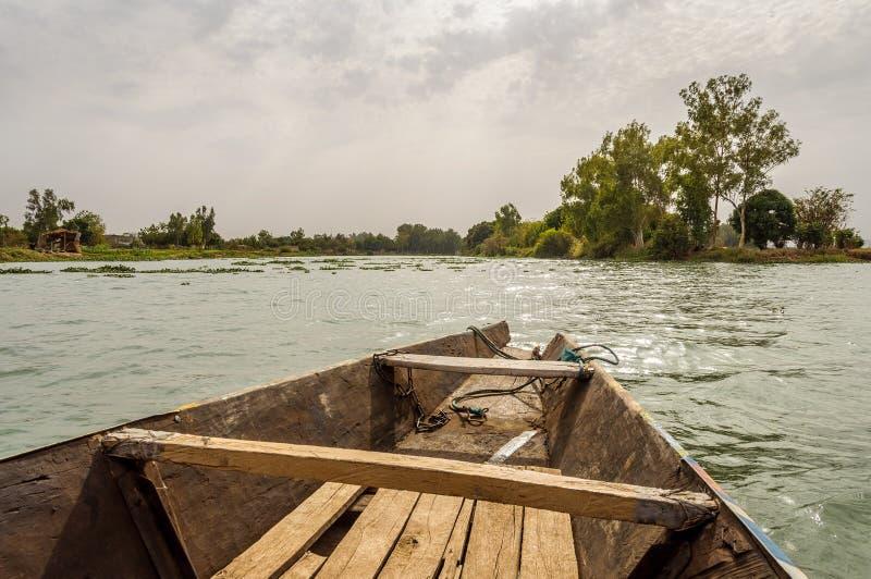 Pirogue på Niger River royaltyfri fotografi