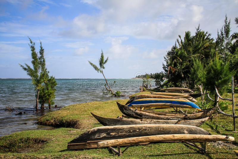 Pirogues die wachten op zee te gaan, foulpoint, Atsinanana, Madagascar stock afbeeldingen