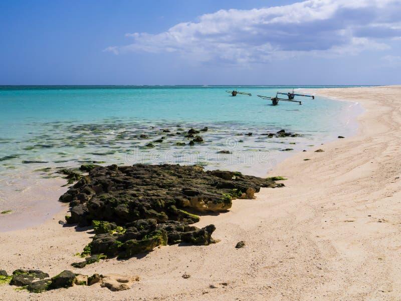 Pirogui ormeggiati sulla spiaggia di sabbia bianca, isola di Nosy Ve, Oceano Indiano, Madagascar fotografia stock libera da diritti