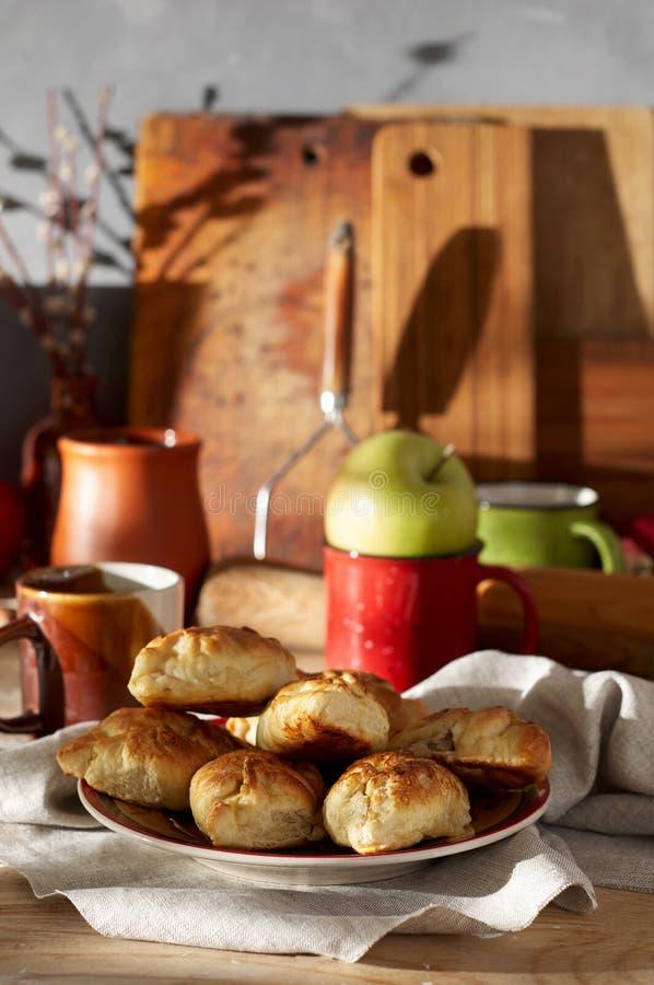 Piroshki russe de viande Mini tartes de main traditionnelle sur le fond en bois image libre de droits