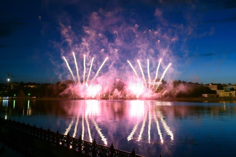 Pirotechniczny fajerwerku przedstawienie w nocnym niebie zdjęcia stock