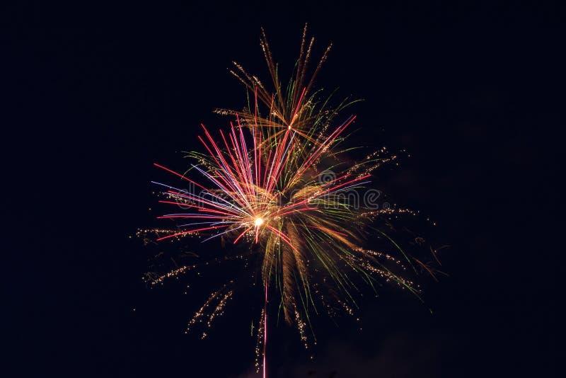 pirotechniczny przedstawienie fajerwerki w nocnym niebie nad miastem obraz stock
