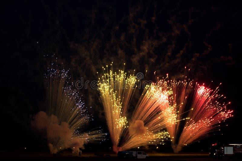 Pirotecnia de los fuegos artificiales en el cielo imagen de archivo libre de regalías