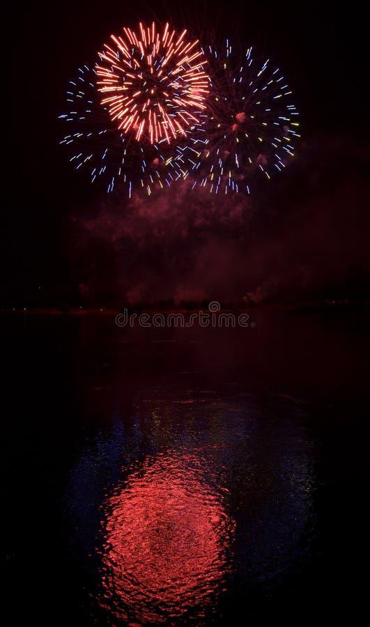 Pirotecnica del fiume dei fuochi d'artificio immagine stock