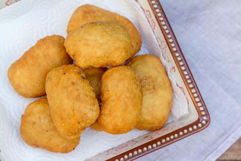 Pirozhki, Russisch traditioneel voedsel, Vleespasteitjes in de plaat, v royalty-vrije stock foto's