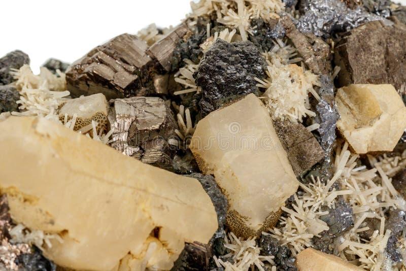 Pirrotita mineral de piedra macra, cuarzo, esfalerita, calcita, galena en el fondo blanco foto de archivo