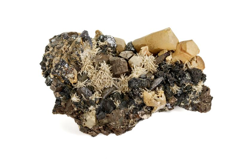 Pirrotita mineral de piedra macra, cuarzo, esfalerita, calcita, galena en el fondo blanco imágenes de archivo libres de regalías