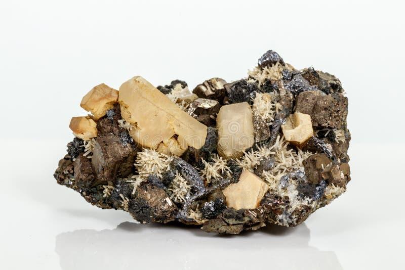 Pirrotita mineral de piedra macra, cuarzo, esfalerita, calcita, galena en el fondo blanco foto de archivo libre de regalías