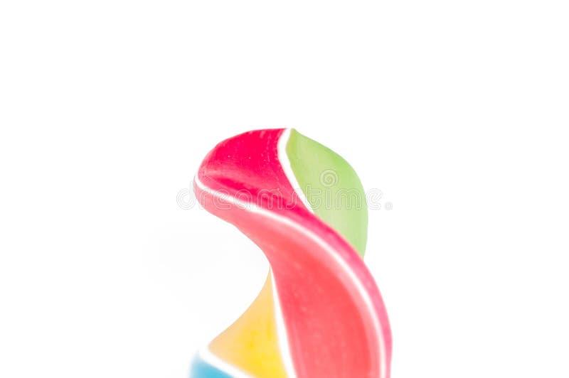 Piruleta colorida aislada en el fondo blanco Dulce Copie el espacio fotos de archivo