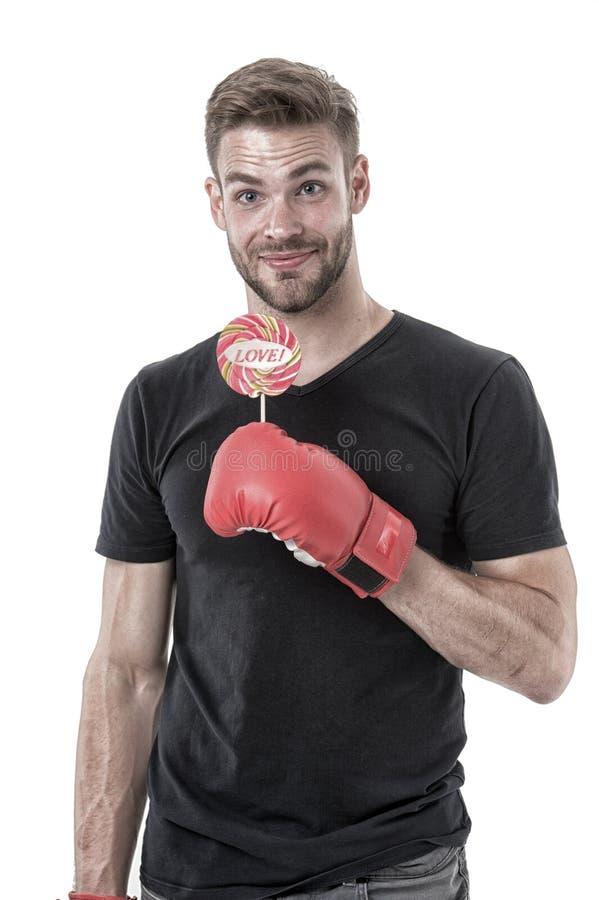 Piruleta del control del hombre en guante de boxeo Comida sana y dieta Boxeador con el caramelo con las letras de amor en el pali fotos de archivo