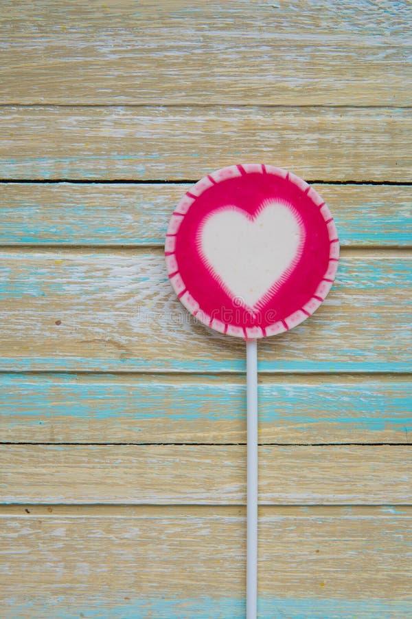 Piruleta rosada con la opinión superior del corazón blanco fotografía de archivo libre de regalías