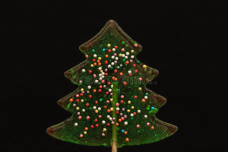 Piruleta verde del caramelo en la forma de un árbol de navidad fotografía de archivo libre de regalías