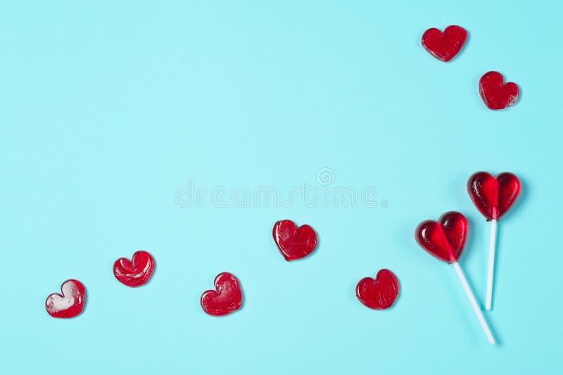 Piruletas bajo la forma de corazones rojos imagen de archivo libre de regalías