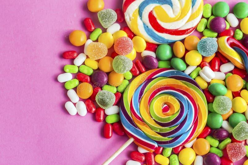 Piruletas coloridas y diferente coloreados alrededor del caramelo imagenes de archivo