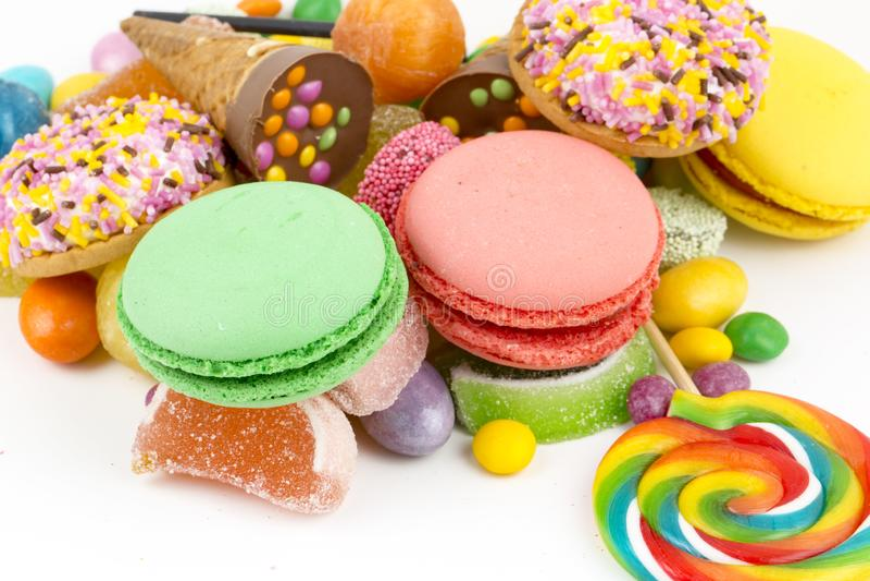 Piruletas coloridas y diferente coloreados alrededor del caramelo Visi?n superior foto de archivo