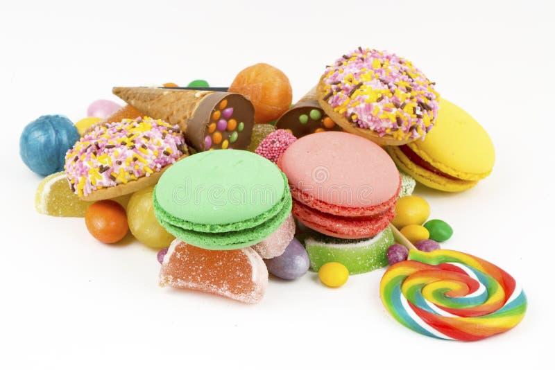 Piruletas coloridas y diferente coloreados alrededor del caramelo Visi?n superior fotos de archivo