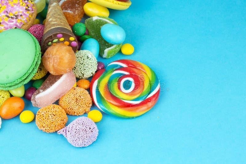 Piruletas coloridas y diferente coloreados alrededor del caramelo Visi?n superior foto de archivo libre de regalías