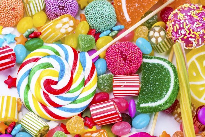 Piruletas coloridas y diferente coloreados alrededor del caramelo Visi?n superior fotografía de archivo libre de regalías