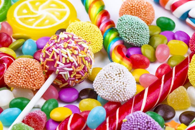 Piruletas coloridas y diferente coloreados alrededor del caramelo Visi?n superior fotografía de archivo