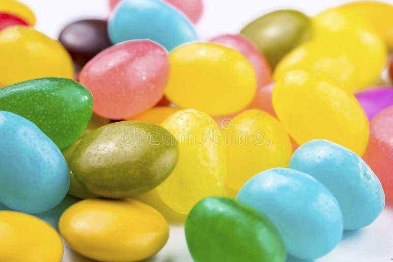 Piruletas coloridas y diferente coloreados alrededor del caramelo Visi?n superior fotos de archivo libres de regalías