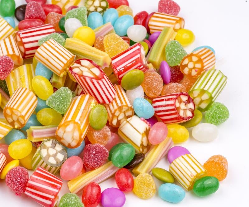 Piruletas coloridas y diferente coloreados alrededor del caramelo Visi?n superior imágenes de archivo libres de regalías