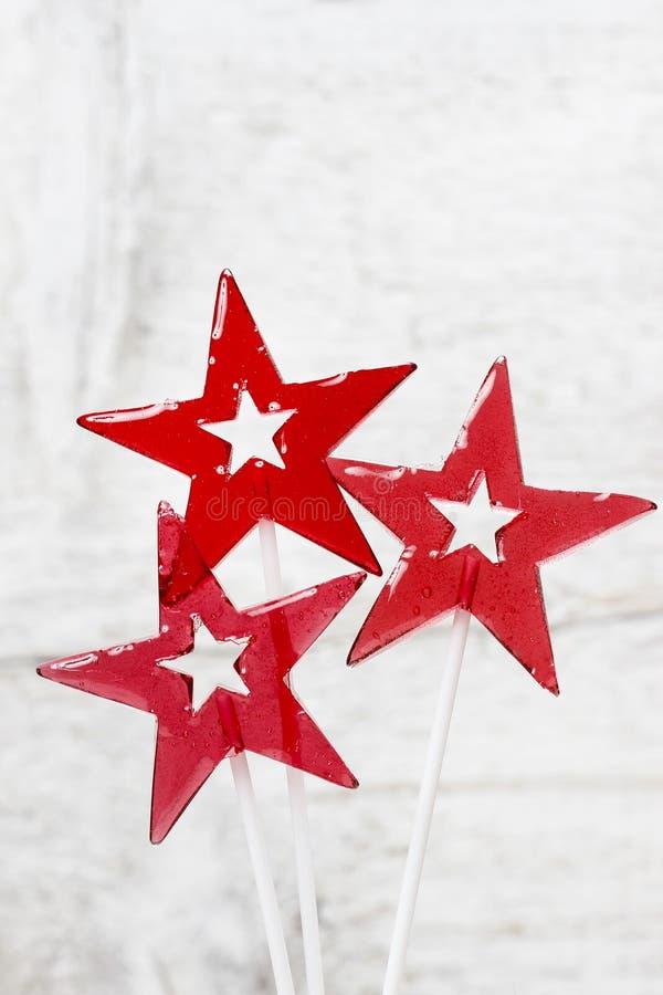 Piruletas en forma de la estrella en fondo de madera imágenes de archivo libres de regalías