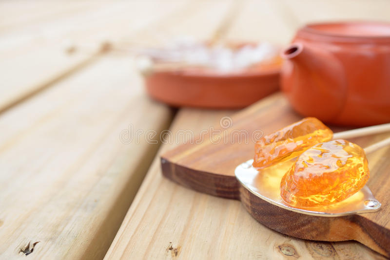 Pirulito e bule dos doces no fundo de madeira fotografia de stock