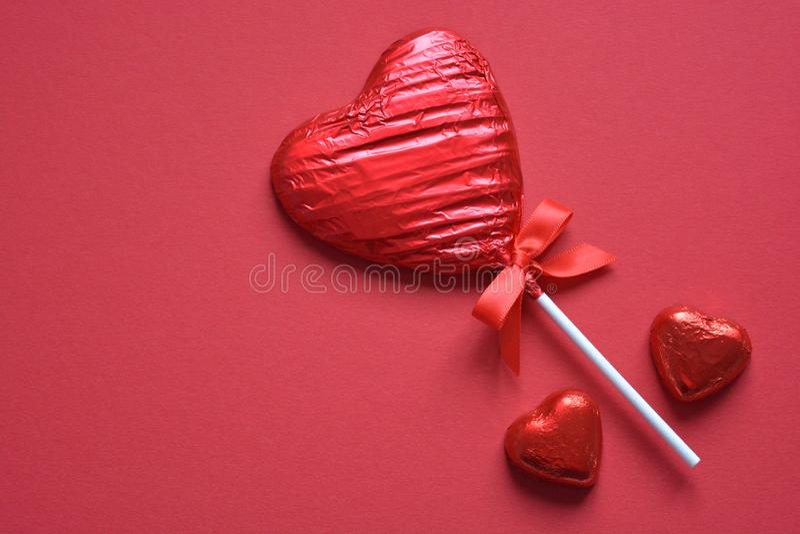 Pirulito vermelho isolado no fundo vermelho liso imagens de stock royalty free