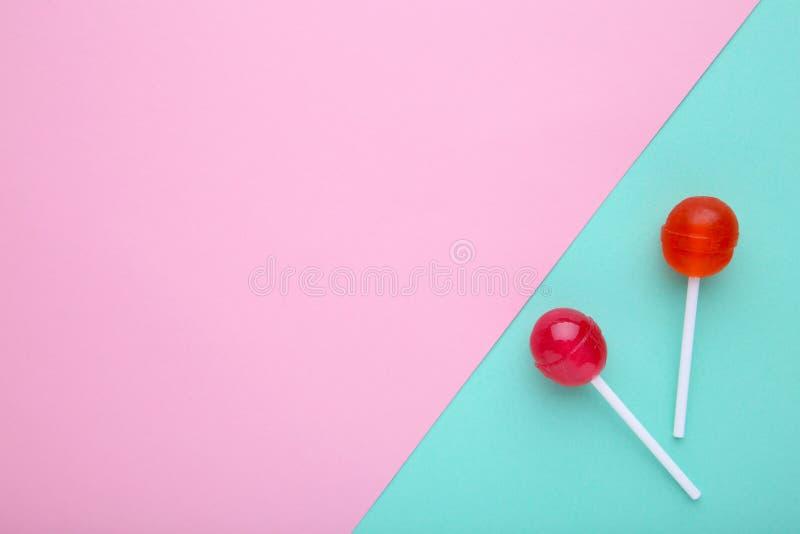 Pirulitos no fundo colorido Conceito doce dos doces imagens de stock