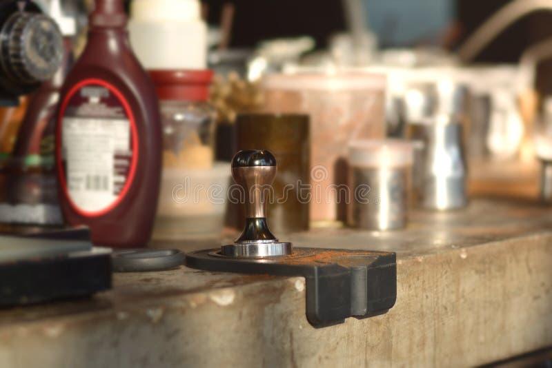 Pisón y máquina del pistón/del portafilter que hace el café del café express imagenes de archivo